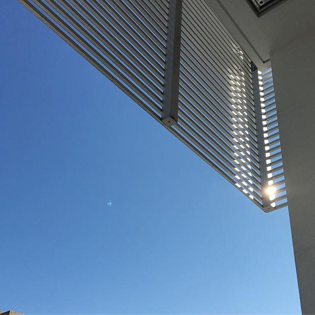 デスクに向かうと目に入ってくる空がこうも青かったら出かけたくな〜る〜。#sky #cloud #いまそら #イマソラ #そら #雲 #kyoto #京都 #ノンフィルター (Instagram)