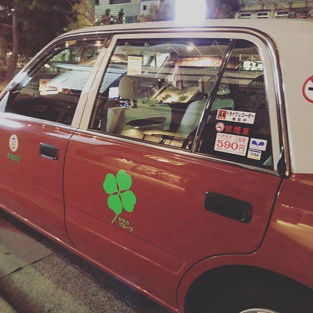 やっと乗れた!目撃ばかりだったけど、やっと乗れましたヤサカさんの四つ葉タクシー。もちろんクルンクルンも一緒に!1300台中4台!大丸バージョンは年内で終わるっぽいので、乗れないだろうな〜#kyoto #京都 #ヤサカタクシー四つ葉 (Instagram)