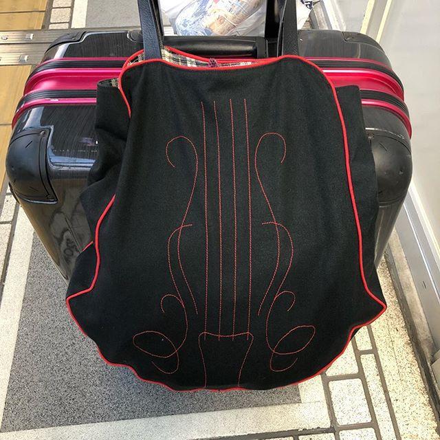 タクシーの運転手さんがスーツケース持って、「heavy」と一言。どこの国の人に見えたんかな🤔久々の外国人扱い。いざ東京へ (Instagram)