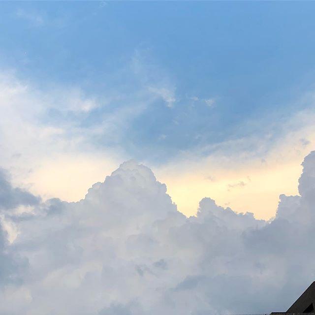 さっきゴロゴロ言うてたし、夕散歩に出るかどうするか悩む。まぁ、降ってきたとしても、濡れてもいっかー#sky #cloud #いまそら #イマソラ #そら #雲 (Instagram)