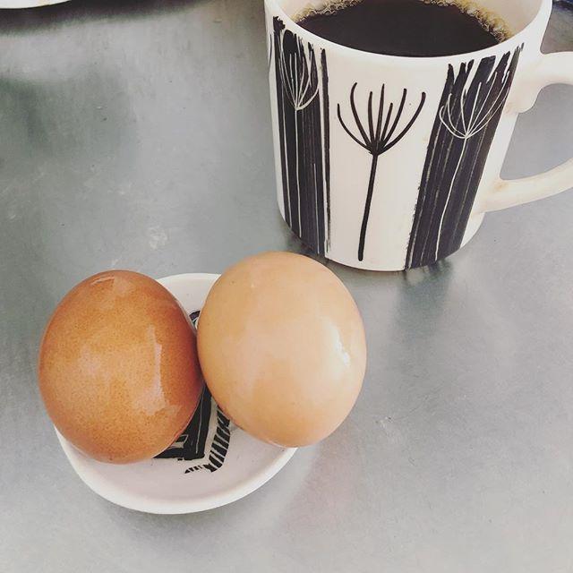 小皿に無理矢理ゆで卵2つを乗せたりしてしまう。こういう時思う。私、テキトーだなって! (Instagram)