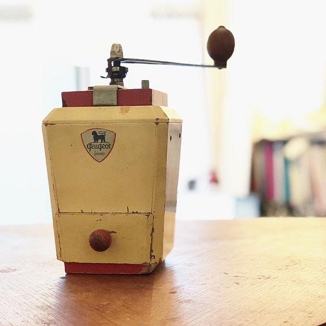 朝から電動ミルが壊れてしまったため、急遽駆り出されて久しぶりに回されたコ。まだまだ現役だよ!と、猛烈にアピールされた。#coffee #coffeegrinder #コーヒーミル (Instagram)