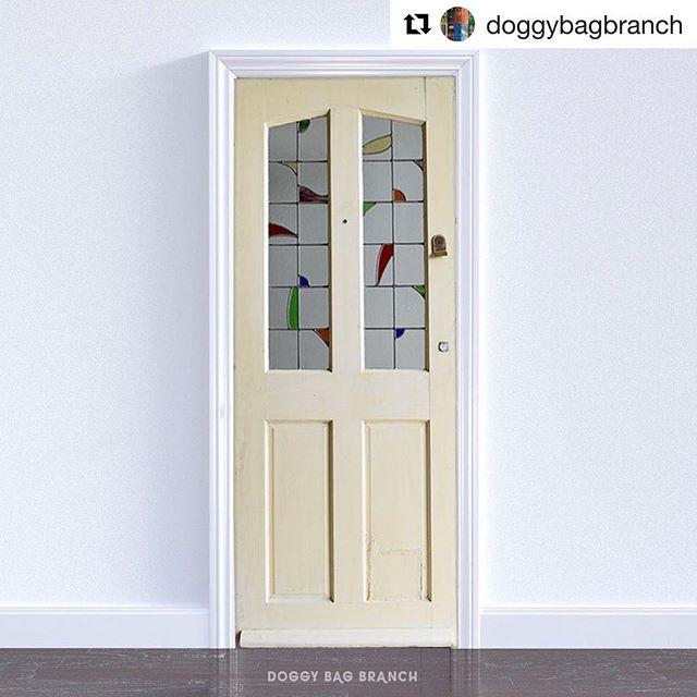 いつかきっと、ヴィンテージドアがついた家に住みたい!#Repost @doggybagbranch with @get_repost・・・イギリスの古いお家から取り外さた、古いステンドグラス入り木製 ドアです。幅76.2(74.8)cm+-14mm高さ196.6(196.8)cm奥行8cm 厚み4.1cmです。リノベーションやショップドア にご利用ください。 (Instagram)